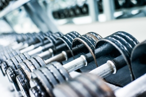 closeup_dumbbells_gym_449232