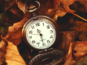 old-pocket-watch-and-autumn-leaves_1600x1200