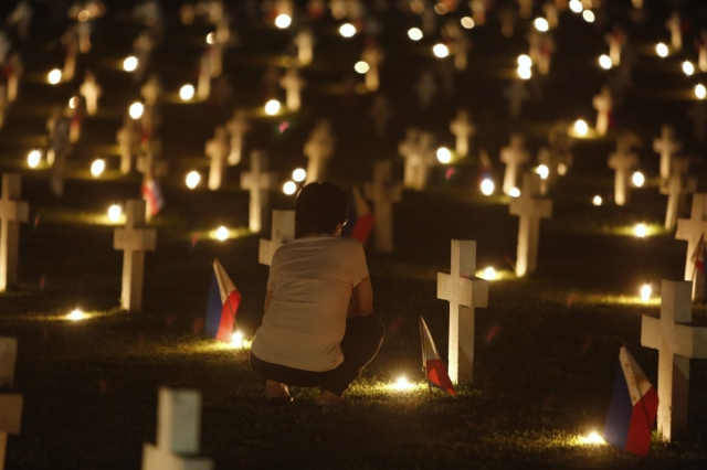 philippines-all-souls-day-graveside